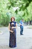 αστεία εικόνα Ευτυχής έγκυος γυναίκα με τη στάση συζύγων από κοινού Στοκ φωτογραφία με δικαίωμα ελεύθερης χρήσης