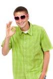 Αστεία εικόνα, ο τύπος με τα ρόδινα γυαλιά ηλίου Στοκ φωτογραφία με δικαίωμα ελεύθερης χρήσης