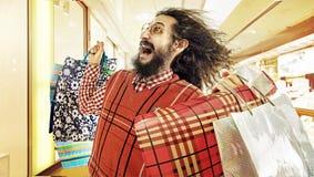 Αστεία εικόνα του τύπου geek κατά τη διάρκεια μιας τρέλας πώλησης Στοκ φωτογραφίες με δικαίωμα ελεύθερης χρήσης