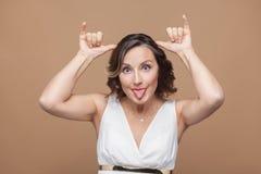 Αστεία ενήλικη γυναίκα που κάνει stupind mimicry στη κάμερα στοκ εικόνες