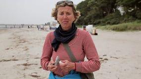 Αστεία ενήλικη γυναίκα που χορεύει στην παραλία το 1080 π απόθεμα βίντεο
