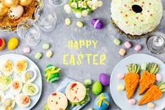Αστεία ζωηρόχρωμα τρόφιμα Πάσχας για τα παιδιά με τις διακοσμήσεις στον πίνακα Έννοια γευμάτων Πάσχας στοκ φωτογραφία με δικαίωμα ελεύθερης χρήσης