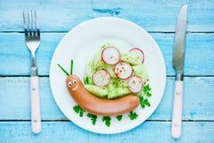 Αστεία ιδέα τροφίμων για τα παιδιά - χαριτωμένο σαλιγκάρι από το λουκάνικο με τα λαχανικά Στοκ φωτογραφία με δικαίωμα ελεύθερης χρήσης