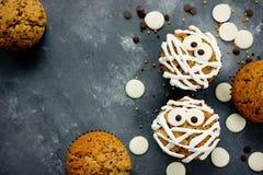 Αστεία ιδέα για το επιδόρπιο αποκριών - χαριτωμένη μούμια cupcakes σε έναν γκρίζο Στοκ φωτογραφία με δικαίωμα ελεύθερης χρήσης