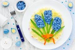 Αστεία ιδέα για το ορεκτικό Πάσχας - ανθοδέσμη σαλάτας του μπλε λουλουδιού χ Στοκ εικόνα με δικαίωμα ελεύθερης χρήσης