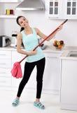 Αστεία καθαρίζοντας γυναίκα στο σπίτι Στοκ φωτογραφία με δικαίωμα ελεύθερης χρήσης