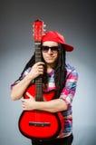 Αστεία κιθάρα παιχνιδιού ατόμων στη μουσική έννοια Στοκ Εικόνα
