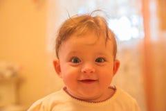 Αστεία κινηματογράφηση σε πρώτο πλάνο προσώπου μωρών Στοκ Φωτογραφία