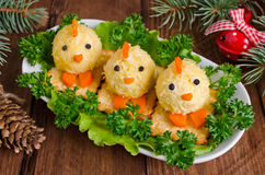 Αστεία κοτόπουλα από τα αυγά στον πίνακα Χριστουγέννων με το σύμβολο Στοκ φωτογραφίες με δικαίωμα ελεύθερης χρήσης