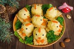 Αστεία κοτόπουλα από τα αυγά στον πίνακα Χριστουγέννων με το σύμβολο Στοκ Εικόνες