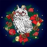 Αστεία κουκουβάγια σε ένα στεφάνι Χριστουγέννων με τις σφαίρες και τα τόξα επίσης corel σύρετε το διάνυσμα απεικόνισης Νέο έτος ` ελεύθερη απεικόνιση δικαιώματος