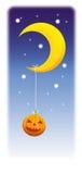 Αστεία κολοκύθα αποκριών με το ημισεληνοειδές φεγγάρι Στοκ εικόνες με δικαίωμα ελεύθερης χρήσης