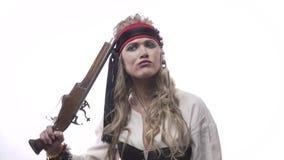 Αστεία κυρία πειρατών με ένα πιστόλι στο άσπρο υπόβαθρο, πορτρέτο, 4k φιλμ μικρού μήκους