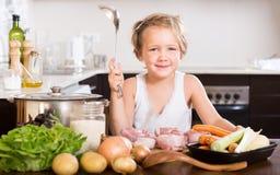 Αστεία μαγειρεύοντας τρόφιμα κοριτσιών Στοκ φωτογραφία με δικαίωμα ελεύθερης χρήσης