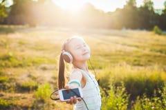 Αστεία μουσική ακούσματος κοριτσιών από το κινητό τηλέφωνο Στοκ Εικόνες