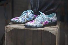 Αστεία μπλε παπούτσια με τις διακοσμήσεις Στοκ εικόνα με δικαίωμα ελεύθερης χρήσης