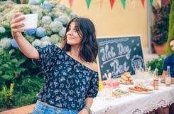 Αστεία νέα γυναίκα που παίρνει ένα selfie με το smartphone Στοκ Εικόνες