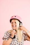 Αστεία γυναίκα που φορά το ρόδινο υπόβαθρο πορτρέτου κρανών ανακύκλωσης πραγματικό Στοκ φωτογραφία με δικαίωμα ελεύθερης χρήσης