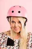 Αστεία γυναίκα που φορά το ρόδινο υπόβαθρο πορτρέτου κρανών ανακύκλωσης πραγματικό Στοκ Εικόνα