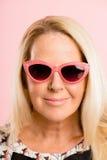 Αστείος γυναικών πορτρέτου ρόδινος υψηλός καθορισμός ανθρώπων υποβάθρου πραγματικός Στοκ Φωτογραφία