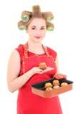 Αστεία νοικοκυρά με τα ρόλερ και muffins τριχώματος πέρα από το λευκό Στοκ εικόνες με δικαίωμα ελεύθερης χρήσης