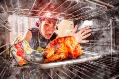 Αστεία νοικοκυρά μπερδεμένη καιη  Ο ηττημένος είναι πεπρωμένο! στοκ εικόνες με δικαίωμα ελεύθερης χρήσης