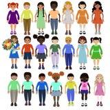 Αστεία παιδιά των διαφορετικών φυλών με τη διανυσματική εικόνα διάφορων hairstyles και ενδυμάτων διανυσματική απεικόνιση