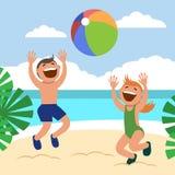 Αστεία παιδιά στην παραλία Το ευτυχή αγόρι και το κορίτσι κάνουν ηλιοθεραπεία και παίζουν την πετοσφαίριση παραλιών στην παραλία Στοκ Φωτογραφία