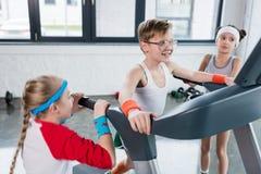 Αστεία παιδιά sportswear στην κατάρτιση treadmill στη γυμναστική από κοινού στοκ εικόνα με δικαίωμα ελεύθερης χρήσης