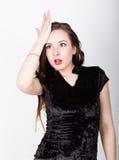 Αστεία περιστασιακά ραπίσματα γυναικών το μέτωπό του σε μια στιγμή OH-αριθ., που απογοητεύεται διαφορετικές ευτυχείς συγκινήσεις Στοκ φωτογραφία με δικαίωμα ελεύθερης χρήσης