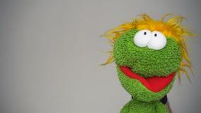Αστεία πράσινη μαριονέτα με το αστείο πρόσωπο φιλμ μικρού μήκους