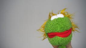 Αστεία πράσινη μαριονέτα που μιλά όπως έναν δράστη απόθεμα βίντεο