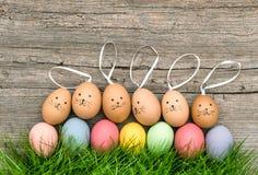 Αστεία πράσινη χλόη αυγών Πάσχας λαγουδάκι Χρωματισμένη κρητιδογραφία διακόσμηση Στοκ φωτογραφία με δικαίωμα ελεύθερης χρήσης