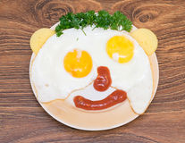 Αστεία πρόσωπα από τα αυγά με το τυρί και τη σάλτσα Στοκ φωτογραφίες με δικαίωμα ελεύθερης χρήσης