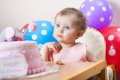 Αστεία πρώτα γενέθλια εορτασμού μωρών και κατανάλωση του κέικ Στοκ Φωτογραφία