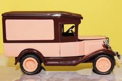 Αστεία ρόδινη εκλεκτής ποιότητας πλάγια όψη αυτοκινήτων παιχνιδιών στοκ φωτογραφία με δικαίωμα ελεύθερης χρήσης