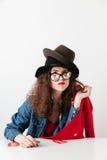 Αστεία στοχαστική shopaholic γυναίκα που φορά τα σημάδια πώλησης Στοκ φωτογραφία με δικαίωμα ελεύθερης χρήσης