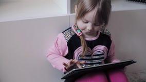 Αστεία συνεδρίαση παιδιών στο πάτωμα και χρησιμοποίηση των ηλεκτρονικών συσκευών φιλμ μικρού μήκους