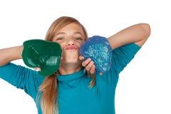 Αστεία τοποθέτηση κοριτσιών με μπλε και πράσινο slime στοκ φωτογραφία
