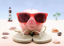 Αστεία τράπεζα Piggy με τα γυαλιά ηλίου, υπόβαθρο διακοπών Στοκ εικόνες με δικαίωμα ελεύθερης χρήσης