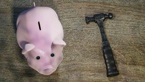 Αστεία τράπεζα Piggy στην ξύλινη άποψη υπολογιστών γραφείου - η τρισδιάστατη απεικόνιση, δίνει στοκ εικόνες με δικαίωμα ελεύθερης χρήσης