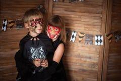 Αστεία τρομακτικά παιδιά με τα χρωματισμένα πρόσωπα, έννοια αποκριών Στοκ Εικόνες