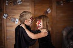 Αστεία τρομακτικά παιδιά με τα χρωματισμένα πρόσωπα, έννοια αποκριών Στοκ εικόνα με δικαίωμα ελεύθερης χρήσης