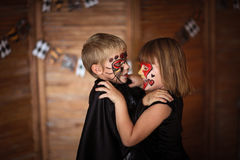 Αστεία τρομακτικά παιδιά με τα χρωματισμένα πρόσωπα, έννοια αποκριών Στοκ φωτογραφία με δικαίωμα ελεύθερης χρήσης