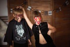 Αστεία τρομακτικά παιδιά με τα χρωματισμένα πρόσωπα, έννοια αποκριών Στοκ εικόνες με δικαίωμα ελεύθερης χρήσης