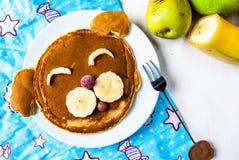 Αστεία τρόφιμα για τα παιδιά, τηγανίτες προγευμάτων Στοκ φωτογραφία με δικαίωμα ελεύθερης χρήσης