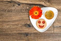 Αστεία τρόφιμα προγευμάτων λουλουδιών μαργαριτών μπισκότων χαμόγελου καφέ Στοκ Εικόνα