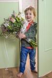 Αστεία φέρνοντας λουλούδια αγοριών Στοκ φωτογραφίες με δικαίωμα ελεύθερης χρήσης