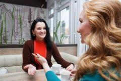 Αστεία φίλη στον καφέ Στοκ Φωτογραφίες