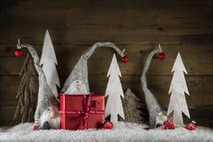Αστεία φυσική διακόσμηση Χριστουγέννων στο γκρι, το λευκό και το κόκκινο με το γ στοκ φωτογραφίες